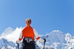 De trekking van de vrouw in Himalayagebergte, Nepal Royalty-vrije Stock Afbeeldingen