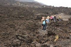 De trekking van toeristen tot de bovenkant van Vulkaan Pacaya Royalty-vrije Stock Foto's