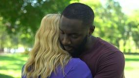 De treurige zwarte man omhelst geliefde vrouw, conflict van belangen, misverstand stock video