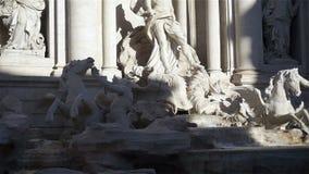 De Trevi Fontein is een fontein in het Trevi district in Rome, Italië stock videobeelden
