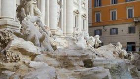 De Trevi Fontein is een fontein in Rome, Italië voorraad Het is grootste Barokke fontein in de stad Het wordt gevestigd in stock video