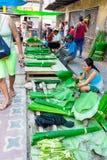 De tribune van banaanbladeren in traditionele markt in Iquitos, Peru Stock Afbeelding