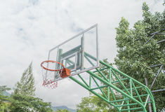 De tribune van de basketbalhoepel bij speelplaats stock afbeelding