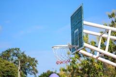 De tribune van de basketbalhoepel bij speelplaats Royalty-vrije Stock Fotografie