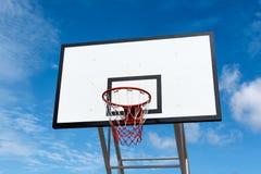 De tribune van de basketbalhoepel bij speelplaats in park Stock Foto