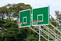 De tribune van de basketbalhoepel bij speelplaats in park Stock Afbeelding