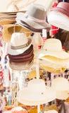 De tribune van de markt met hoeden Stock Afbeeldingen