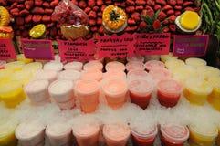 De tribune van de markt met vers sap stock foto's