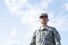 De tribune van de militair over blauwe hemel Stock Foto