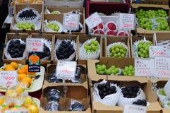 De tribune van de vers fruitmarkt in Osaka, Japan Royalty-vrije Stock Afbeeldingen