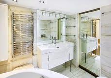 De tribune van de was met spiegel in badkamersbinnenland royalty-vrije stock fotografie