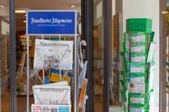 De tribune van de Frankfurter Allgemeinekrant op storefront stock foto