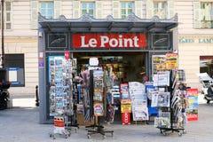 De tribune van het nieuwsagenten van le Point in Nice Frankrijk Stock Afbeeldingen