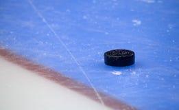 De tribune van de hockeypuck aan kant op doellijn Dichte Mening royalty-vrije stock fotografie