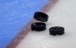 De tribune van de hockeypuck aan kant op doellijn Dichte Mening stock fotografie
