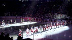 De tribune van hockeyteams op moderne arena vóór gelijkebegin stock videobeelden