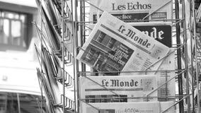 De tribune van de krantenkiosk met Le Monde die Brexit kenmerken stock videobeelden