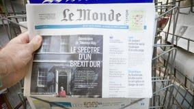 De tribune van de krantenkiosk met de mens die het Nieuws van Le Monde kopen Brexit stock footage