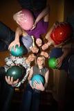 De tribune van meisjes en jongeren in dichte cirkel met ballen Stock Foto