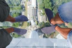 De tribune van mensen op transparante vloer Stock Fotografie