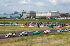 De tribune van raceauto's op spoor tijdens 3 D reis Royalty-vrije Stock Fotografie