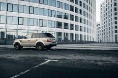 De tribune van Rover Range Rover van het autoland dichtbij de moderne bouw in de stad van Moskou bij dag Royalty-vrije Stock Foto