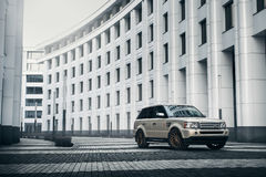 De tribune van Rover Range Rover van het autoland dichtbij de moderne bouw in de stad van Moskou bij dag Stock Fotografie