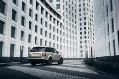 De tribune van Rover Range Rover van het autoland dichtbij de moderne bouw in de stad van Moskou bij dag Stock Foto