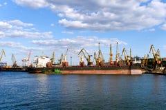 De tribune van schepen bij meertrossen van haven Stock Afbeelding