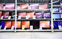 De tribune van TVs van het plasma op planken in grote opslag stock afbeeldingen