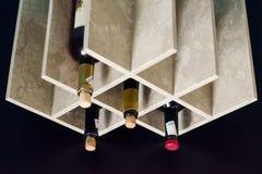 De tribune voor wijnflessen stock afbeelding