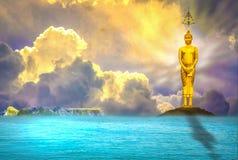 De tribunes van Boedha majestically, stil, is er een avondhemel met het overzees als achtergrond stock foto's