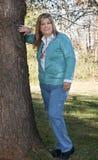 De tribunes van de dame door boom te glimlachen Royalty-vrije Stock Foto's