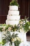 De tribunes van de huwelijkscake op de verfraaide lijst Royalty-vrije Stock Afbeelding