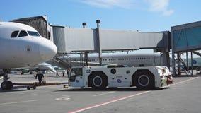De tribunes van het passagiersvliegtuig op het platform vóór vertrek bij de telescopische ladder stock footage