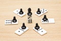 De tribunes van het schaakpaard op de bovenkant van dobbelen Royalty-vrije Stock Foto