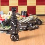 De tribunes van de schaakroek dobbelen op een vage schaakbordachtergrond Stock Afbeeldingen