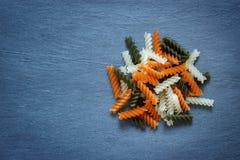 De trideegwaren van kleurenfusilli op natuurlijke achtergrond Royalty-vrije Stock Fotografie