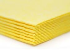 De trillende gele servetten van de doekkeuken op wit Royalty-vrije Stock Foto
