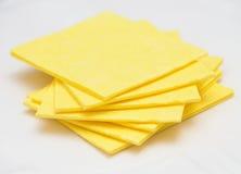 De trillende gele servetten van de doekkeuken op wit Stock Afbeelding