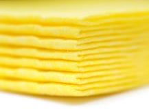 De trillende gele servetten van de doekkeuken op wit Royalty-vrije Stock Foto's