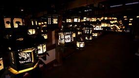 De trillende lantaarns hangen in een donkere ruimte binnen Kasuga Taisha, Nara, Japan stock video
