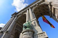 De triomfantelijke boog in Parc du Cinquantenaire in Brussel Stock Afbeelding