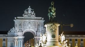 De triomfantelijke boog in Rua Augusta en het bronsstandbeeld van Koning Jose I bij Handel regelen nacht timelapse in Lissabon, P stock footage