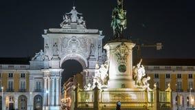 De triomfantelijke boog in Rua Augusta en het bronsstandbeeld van Koning Jose I bij Handel regelen nacht timelapse in Lissabon, P stock video