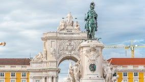 De triomfantelijke boog in Rua Augusta en het bronsstandbeeld van Koning Jose I bij Handel regelen timelapse in Lissabon, Portuga stock video