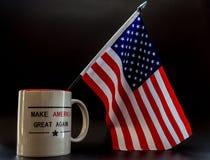 De troef maakt Amerika opnieuw tot grote koffiekop met weinig vlag van Amerika daarin royalty-vrije stock foto's