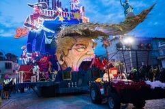 De troef van Donald satirically in Carnaval dat van Viareggio wordt vertegenwoordigd Stock Afbeeldingen