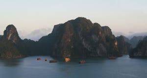 De troep die van de toerist op Halong Baai, Vietnam varen stock foto