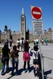 De troep van toeristen aan de Heuvel van het Parlement Stock Foto's